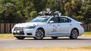 Un modelo de la compañía Toyota (en este caso un Lexus) con sistema de conducción autónoma.