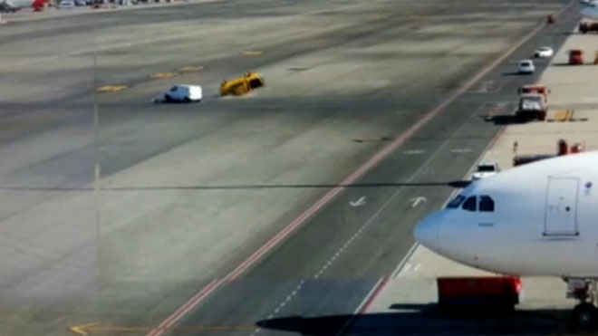 Espectacular accident a l'aeroport de Barajas: dos cotxes xoquen i un fa voltes de campana
