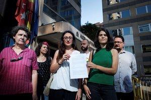 La Portavoz de Podemos en la Asamblea de Madrid, Isa Serra (2d), la diputada en la Asamblea y portavoz de IU de Madrid, Sol Sánchez (2i), y la diputada de Podemos, Beatriz Gimeno (i), junto a la denuncia presentada por la petición de información de Vox sobre las charlas LGTBI en centros escolares madrileños.