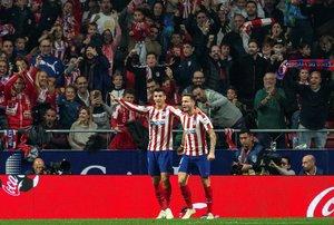 Los atléticos Saúl (d) y Morata celebran el 1-0 ante el Athletic.
