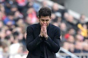 Diego Simeone se lamenta durante un partido del Atlético.