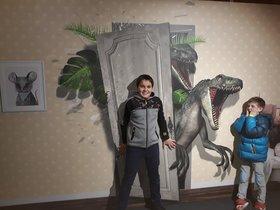 Dos niños intentan evitar la huida de los temibles velocirraptores.