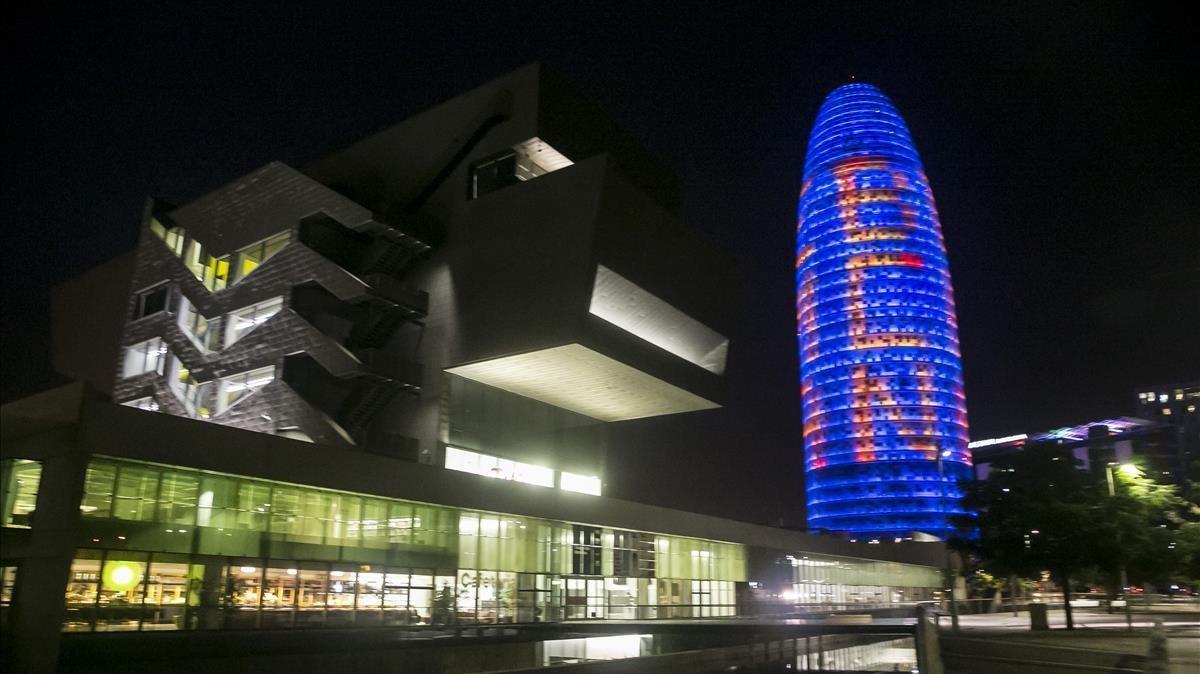 La torre Agbar o Torre Glòries se ilumina a favor de la Agencia Europea del Medicamento, el pasado 18 de julio.