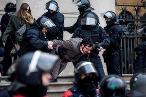 GRAF7748 BARCELONA 23 02 2018 - Agentes de los Mossos d Esquadra desalojan a las decenas de personas se han concentrado a primera hora de esta manana ante el Tribunal Superior de Justicia de Cataluna TSJC donde varias de ellas se han encadenado a las puertas convocados por los Cimtes de Defensa de la Republica CDR en protesta por las actuaciones de la justicia en la crisis catalana y exigiendo la libertad de los politicos encarcelados EFE Quique Garcia