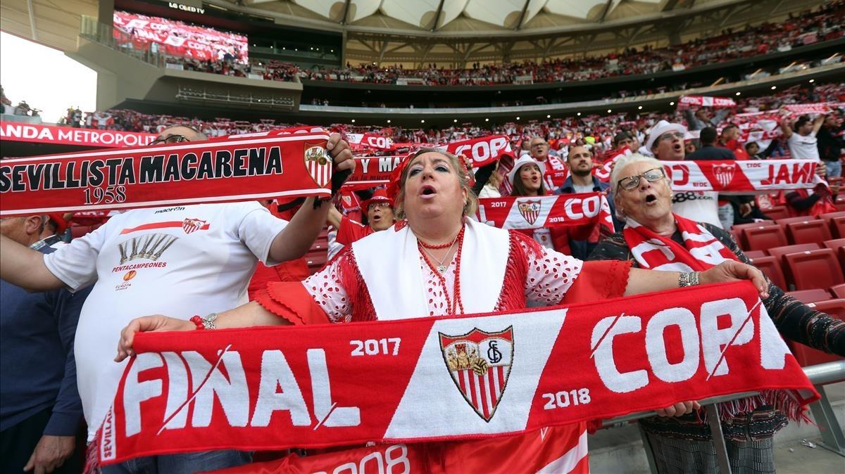 Aficionados sevillistas cantan su himno.