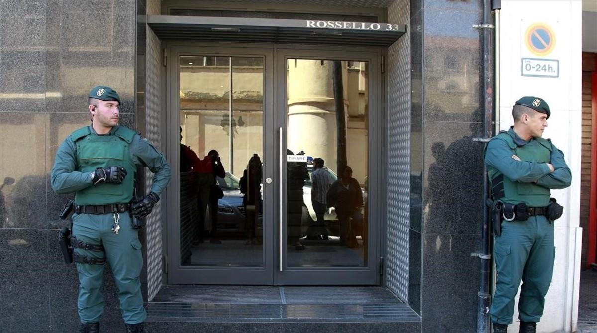 Agentes de la Guardia Civil custodian la sede de Isolux Corsán en Barcelona durante el registro judicial en mayo del 2014.