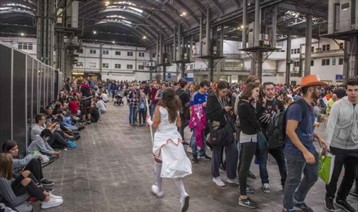 Aglomeración de gente para entrar en la feria del manga, ayer.