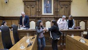 Alba González, a la izquierda, ayer, conversando con la concejalasocialista Natalia González en el Pleno de Gijón tras despedirse de la Corporación.