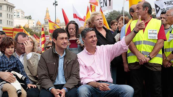 Xavier García Albiol, presidente del grupo parlamentario de PPC, ha participado por sorpresa en la manifestación del 12 de octubre en la plaza de Catalunya.