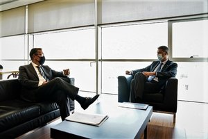 El alcalde de Badalona, Xavier García Albiol, junto al director general de la Fundació La Caixa, Antoni Vila.