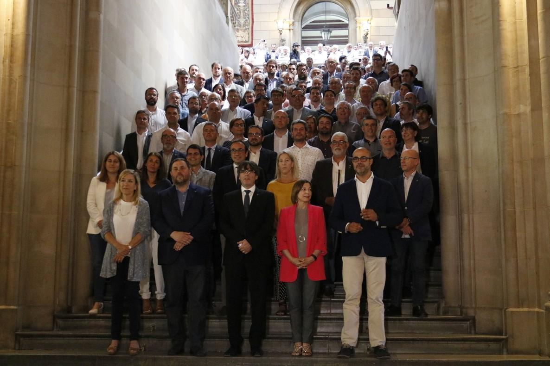 Foto de familia del president Carles Puigdemont con los alcaldes independentistas tras el acto celebradoen el paraninfo de la UB.