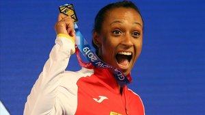 Ana Peleteiro muestra alborozada su medalla de oro de triple salto lograda en los Europeos deGlasgow de pista cubierta.