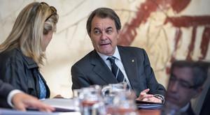 Artur Mas habla con Joana Ortega, durante la reunión del Govern del martes 21 de abril.