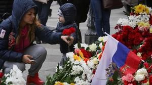 Flores enrecuerdo a las víctimas del atentado en el metro de San Petersburgo.