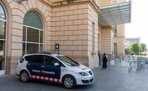 Control policial de los Mossos d'Esquadra en la estación del AVE de Lleida, en la mañana del 30 de julio. El control se levantará esta tarde, a las 16 horas, cuando acaba el confinamiento decretado en la ciudad.