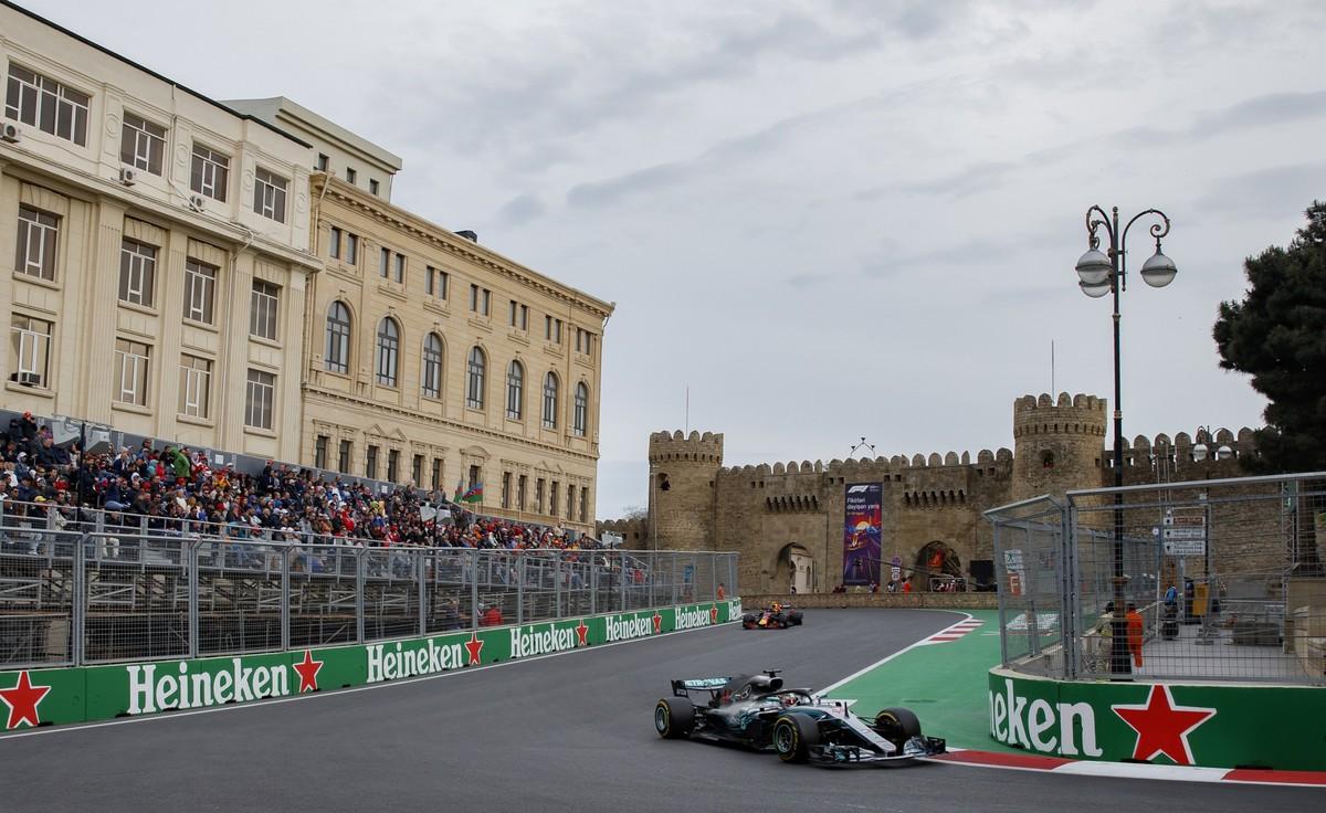 VXH61. Baku (Azerbaijan), 29/04/2018.- British Formula One driver Lewis Hamilton of Mercedes AMG GP in action during the 2018 Formula One Grand Prix of Azerbaijan at the Baku City Circuit, in Baku, Azerbaijan, 29 April 2018. (Azerbaiyán, Fórmula Uno) EFE/EPA/VALDRIN XHEMAJ