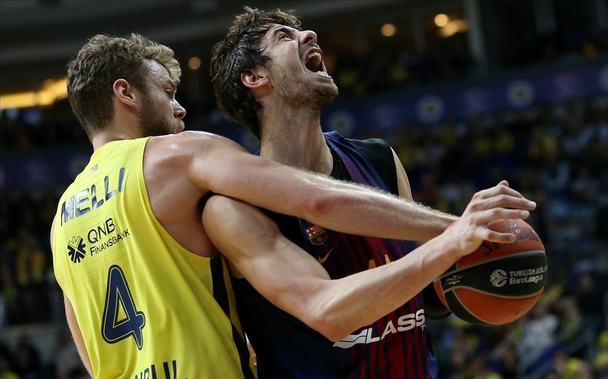 El azulgrana Tomic pelea por un balón con Melli, del Fenerbahçe