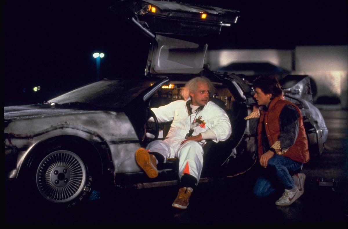 Doc Brown (Christopher Lloyd) y Marty McFly (Michael J. Fox) junto al DeLorean.