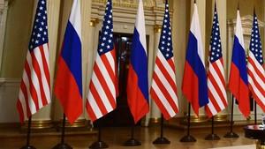 Banderas de Rusia y EEUU en el encuentro Putin-Trump