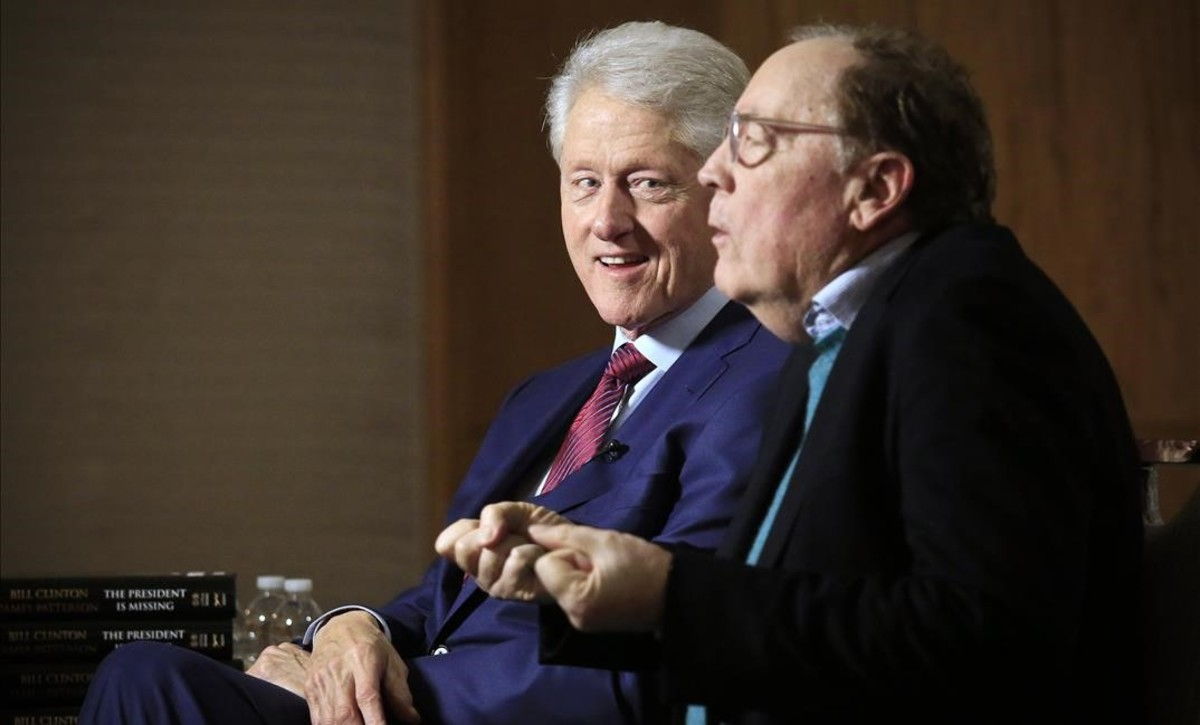 Bill Clinton y James Patterson, durante una rueda de prensa promocional, este lunes en Nueva York.