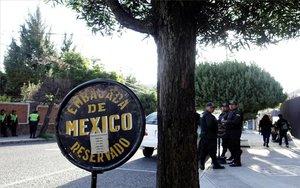 Presencia policial en la embajada de México en Bolivia.