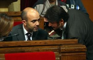 Oriol Pujol habla con los entonces diputados del PP Carina Mejías y Daniel Sirera, en el Parlament, en el 2007.