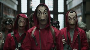 Imagen de los personajes de la serie La casa de papel con sus características máscaras.