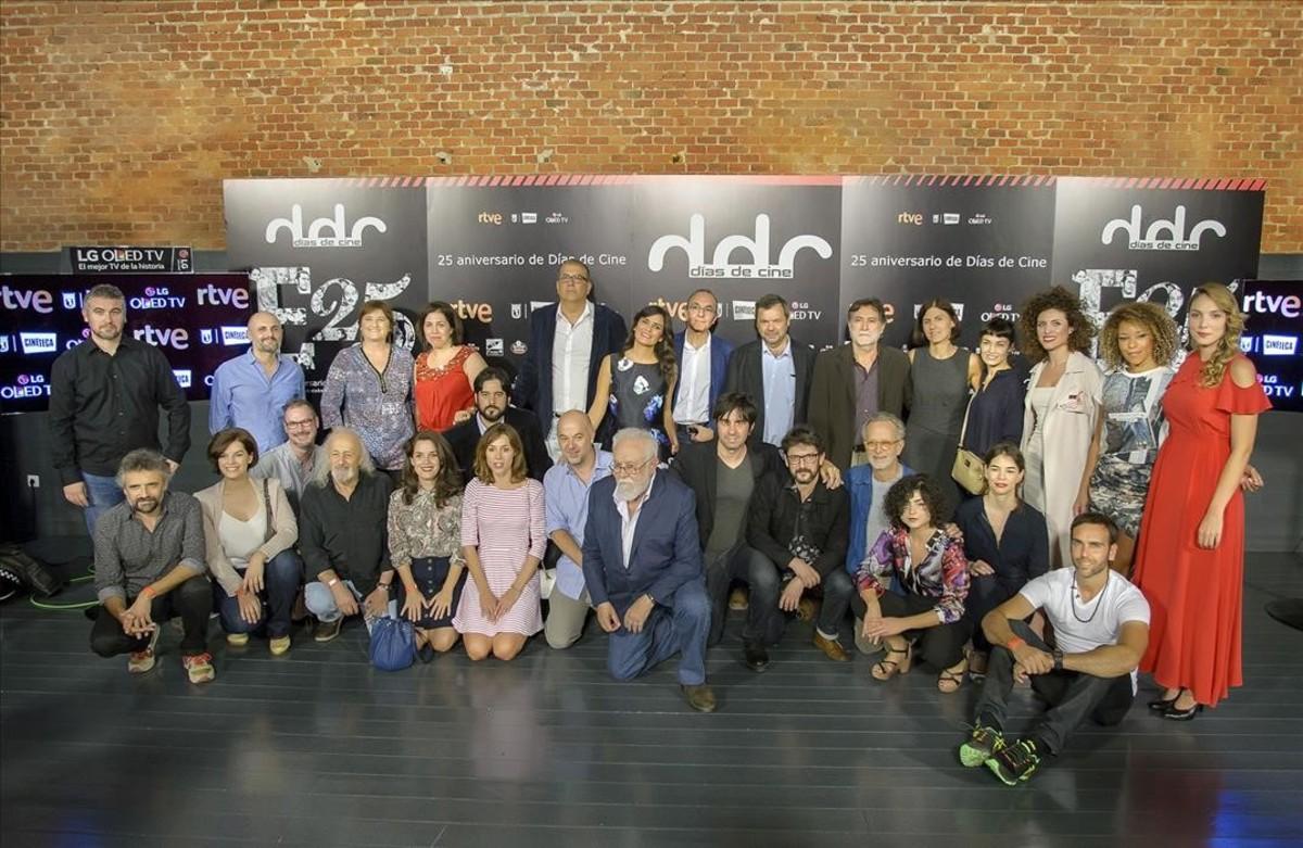 Foto de familia de la fiesta del martes, con los miembros del equipo de 'Días de cines' yalgunos invitados, entre ellos, los directores Montxo Armendáriz, Gonzalo Suárez y Fernando Colomo, así como el actor catalán Pau Durà a la izquierda del grupo.