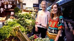Las vegetarianas Patricia y Teresa, en el mercado.