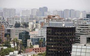Vista panorámica de Santiago de Chile con altos niveles de humo.
