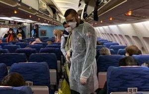 Ciudadanos franceses se preparan para ser evacuados en avión de Wuhan.