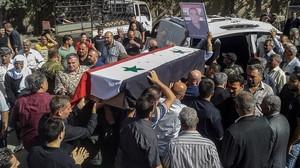 Ciudadanos sirios asisten a un funeral popular por las victimas del atentado del 25 de julio en la provincia de Al Sueida.
