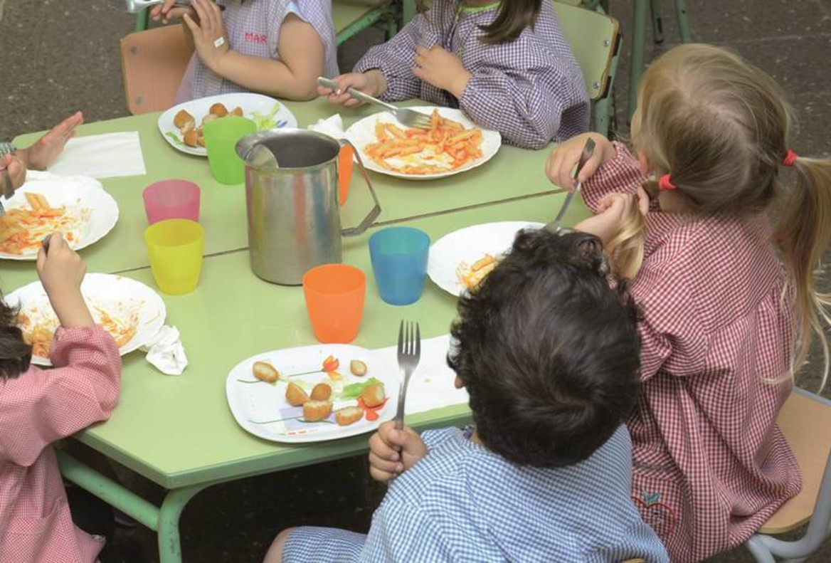 Santa Coloma inicia un proyecto piloto de comedor para alumnos de ESO