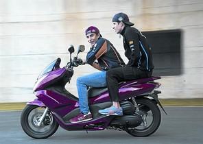 Marc Márquez lleva a su hermano Àlex, este jueves en el circuito de Phillip Island.