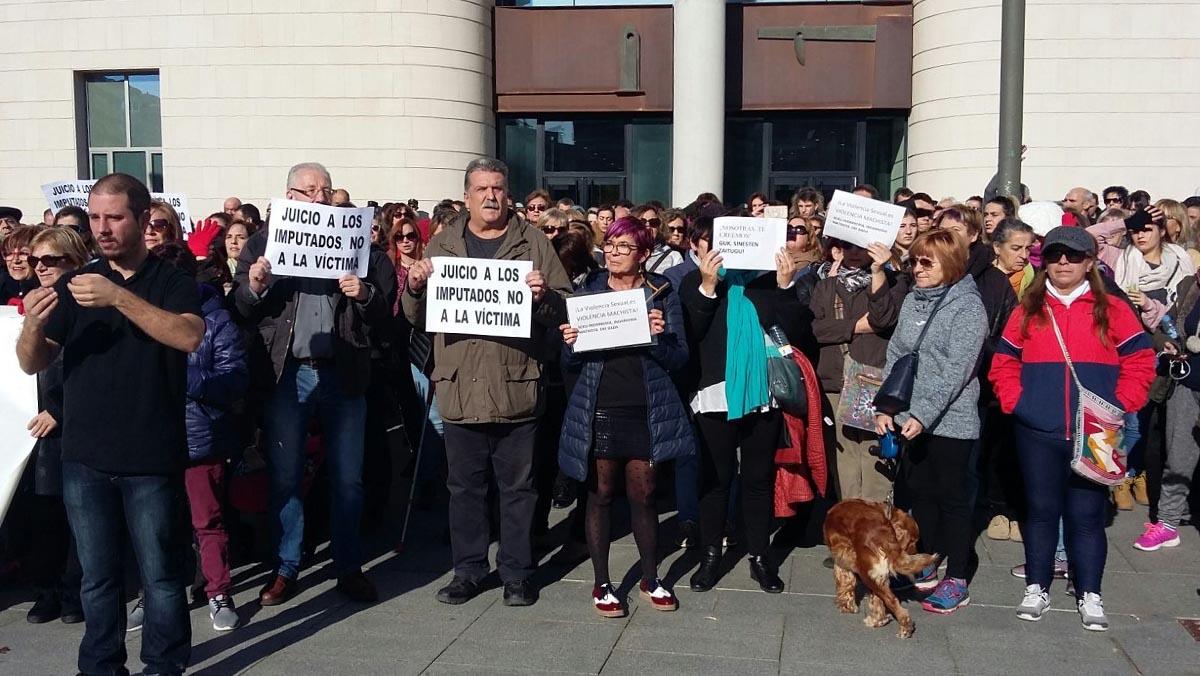 Los gritos y lemas lanzados por medio millar de personas este mediodía ante el Palacio de Justicia de Pamplona.