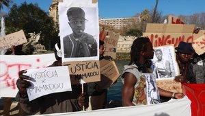 Concentración de la familia del joven de Mali fallecido tras una pelea enBarcelona.