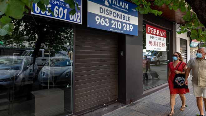 El coronavirus destruyó un millón de empleos en España en el segundo trimestre. En la foto, comercios cerrados en Valencia, el 28 de julio.