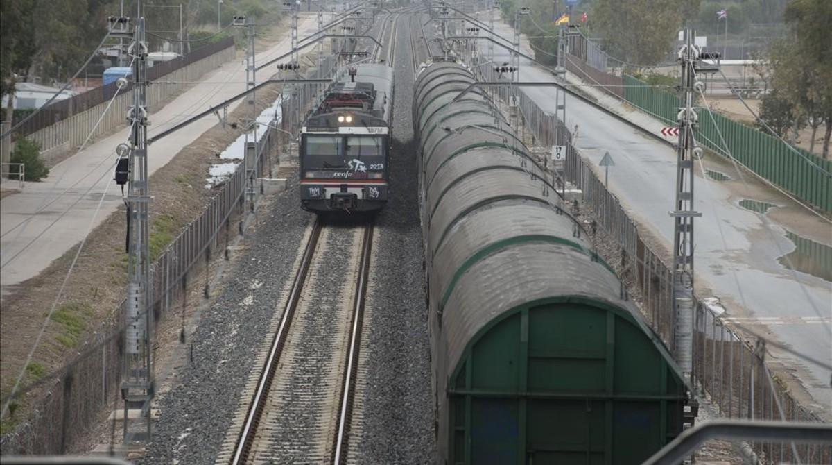 Un tren de pasajeros y un convoy de mercancías, a su paso por Creixell, en el Tarragonés, por donde pasa el corredor mediterráneo.