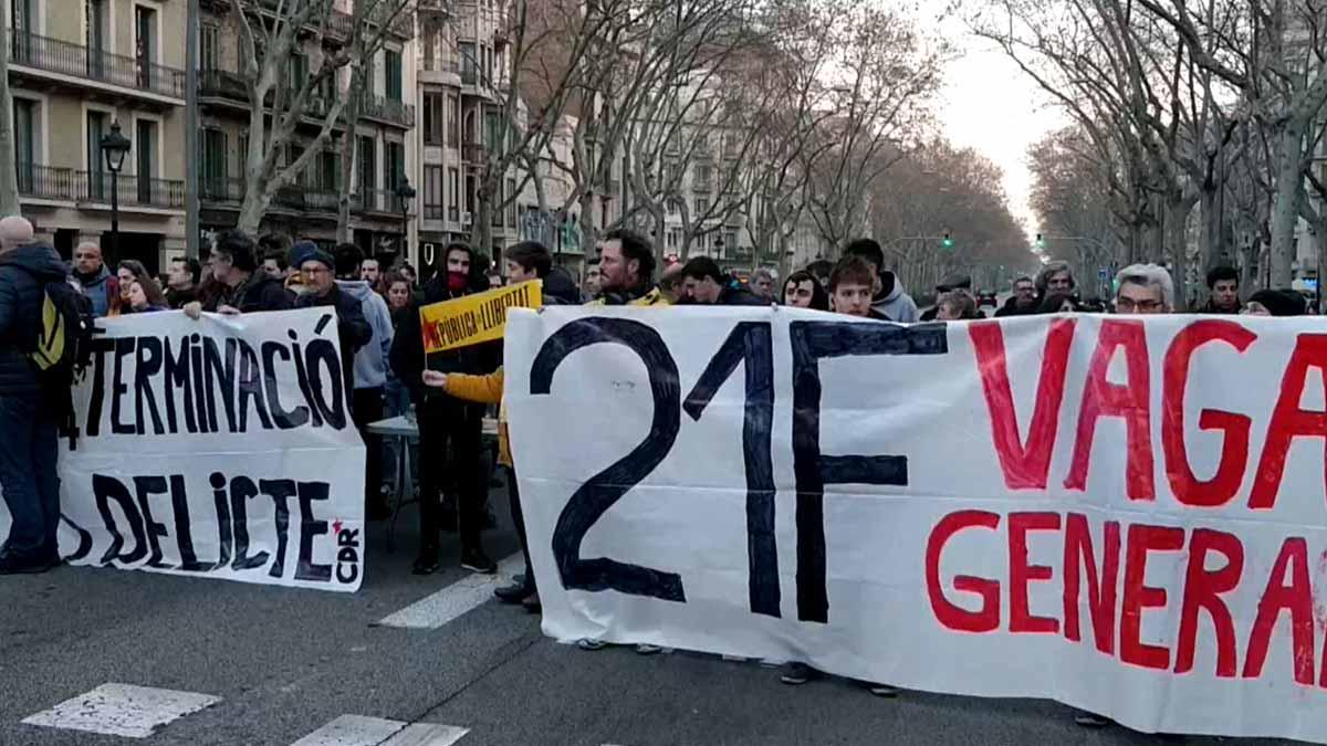 Los manifestantes cortan la Gran Vía a la altura de la calle de Rocafort.