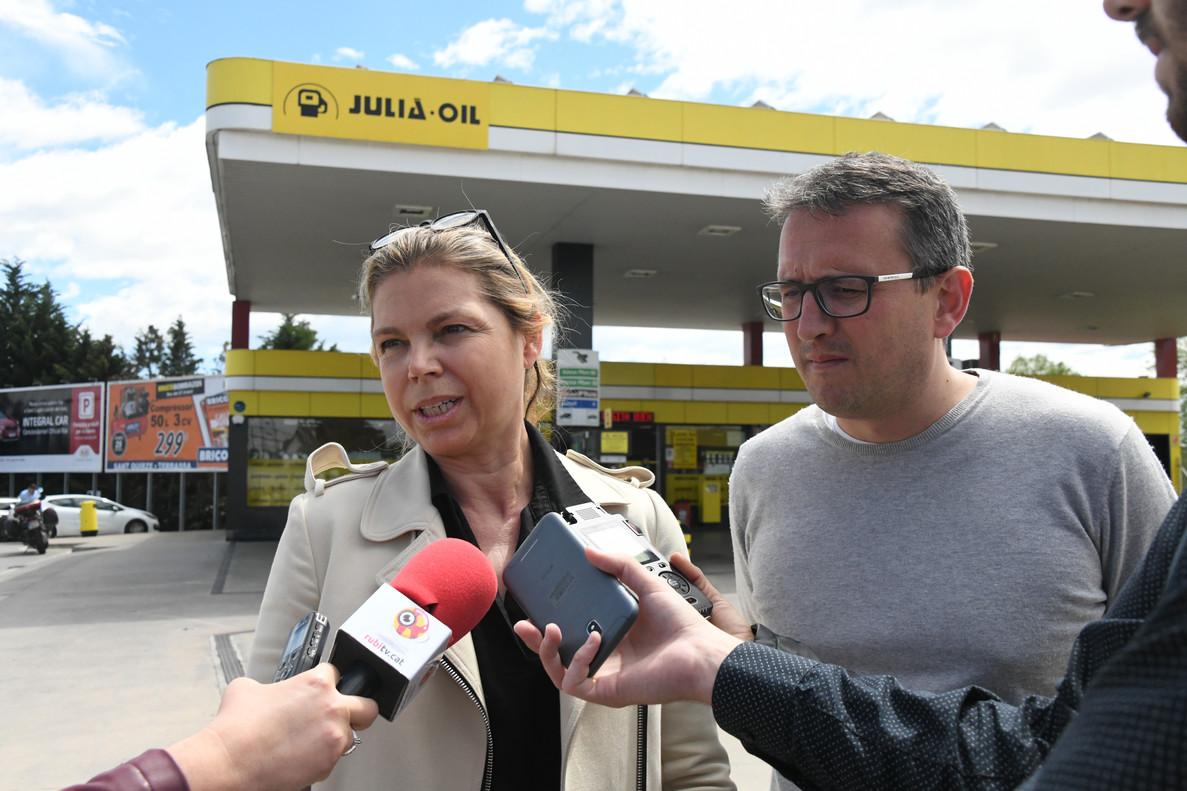 Cristina Julià, gerente de la gasolinera Rally, y Rafael Güeto, regidor de Desarrollo Económico Local, en la inauguración de la primera instalación de autoconsumo solar privada en Rubí