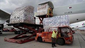 Descarga de un avión cargado con material sanitario procedente de China en Madrid.
