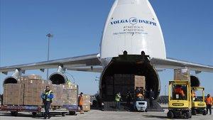 Descarga de un cargamenteo de mascarillas procedentes de China en el aeropuerto de París-Vatry, el pasado 30 de marzo.