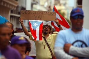PR01.SAN JUAN (PUERTO RICO), 01/05/2016.- Puertorriqueños marchan hoy, domingo 1 de mayo de 2016, durante una manifestación por el Día Internacional de los Trabajadores en San Juan (Puerto Rico). Los manifestantes rechazan la propuesta de una junta de control fiscal como medida para atender y resolver la llamada crisis fiscal. EFE/THAIS LLORCA