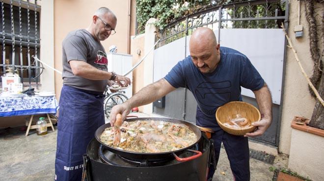 Los cocineros Quim Marquès (Suquet de l'Almirall) y Xesco Bueno (Ca l'Esteve) charlan sobre el arroz y lo cocinan en casa del primero. Ambos han publicado sendos libros sobre la gramínea.