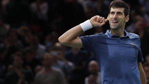 Djokovic celebra con el público su victoria ante Federer.