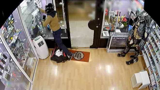 Dos detenidos en Barcelona por atracar una tienda de móviles y huir en una moto robada.
