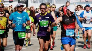 Enric Parera, con el dorsal 9498, y Mario Piniés (3202), durante la última edición del maratón de Barcelona.