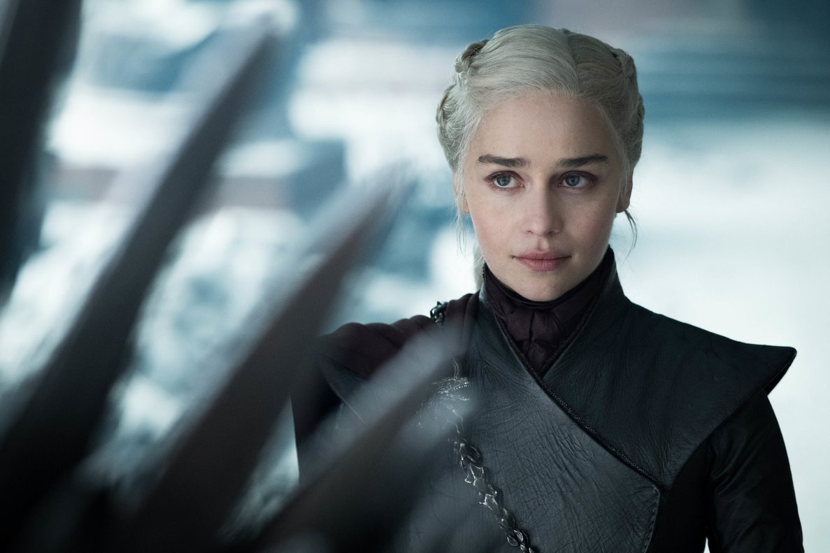 MIA37. LOS ÁNGELES (EE.UU.), 20/05/2019.- Fotograma cedido por el canal HBO donde aparece Emilia Clarke como Daenerys Targaryen, durante una escena del último episodio de la serie Game of Thrones del canal HBO. La despedida de la última temporada de Game of Thrones rompe el récord de espectadores en las plataformas de HBO, aunque deja a sus seguidores con opiniones divididas y una gran número de críticas en las redes sociales. La historia de la lucha por el trono de los siete reinos de Westeros superó su propio récord en su episodio final con 19,3 millones de espectadores en las plataformas de HBO, que incluye HBO GO y HBO NOW. EFE/Helen Sloan/HBO/SOLO USO EDITORIAL/NO VENTAS