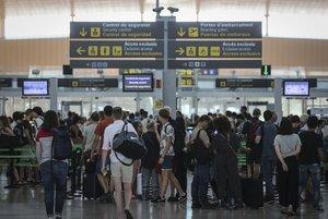 La espera en los mostradores de facturación y seguridad incomodan a la mayoría de viajeros.