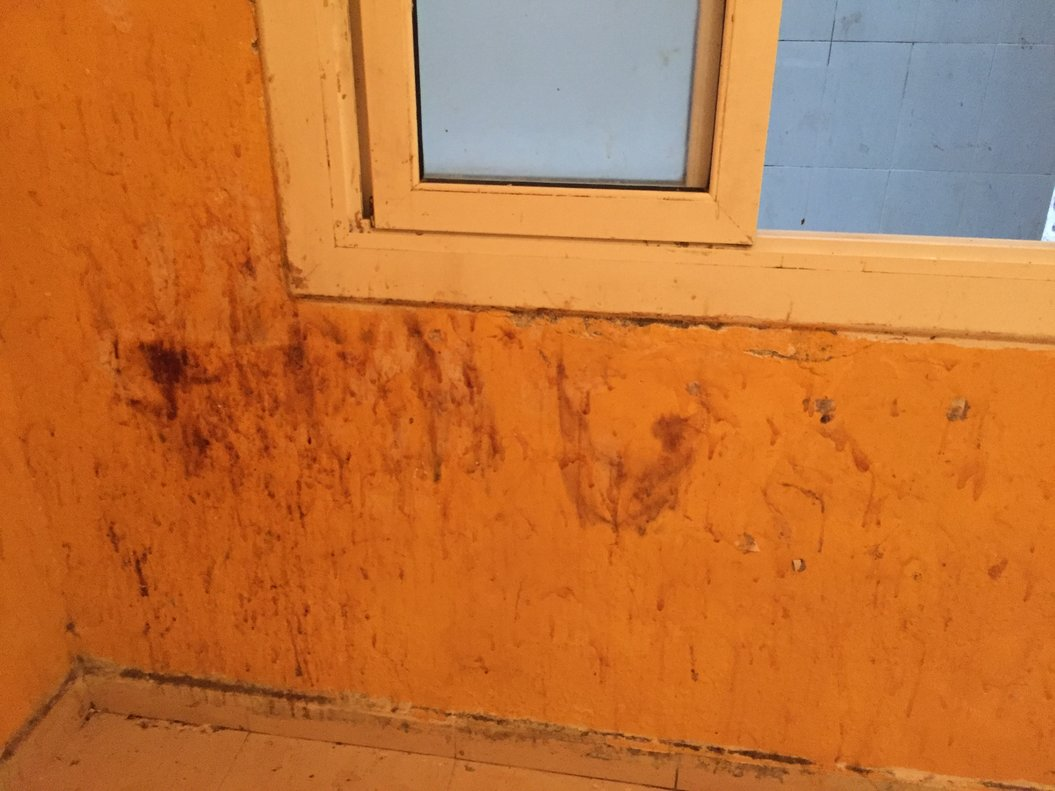 Éste era el estado de una de las habitaciones de los Amaya antes de la primera intervención de la fundación.